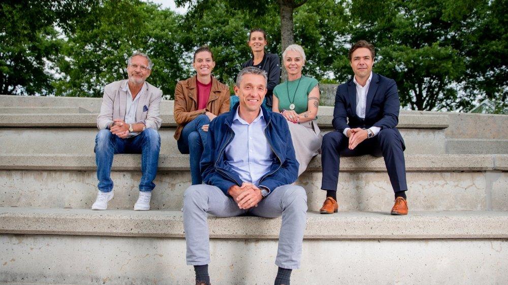 Le comité de soutien à la halle multisport de Colovray compte notamment (de g. à dr.):  Pierre-Alain Dupuis, Lea Sprunger, Ellen Sprunger, Carole Hertig et Fabrice Ronzier; et le président Vincent Gaillard (au premier plan).