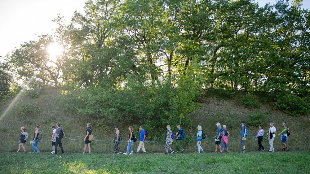 """La randonnée """"artistique"""" de samedi fait partie d'un projet plus vaste baptisé """"...en jumelle"""" imaginé par le chorégraphe Laurent Pichaud."""