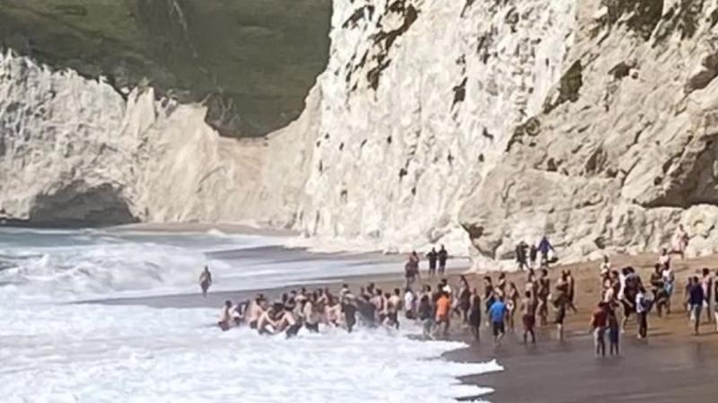 Angleterre: une foule forme une chaîne humaine sur une plage pour sauver un nageur