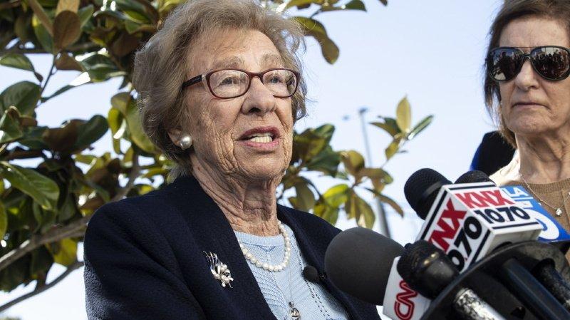 Eva Schloss, survivante d'Auschwitz et demi-sœur d'Anne Frank, lors d'un discours devant les médias en Californie, le 7 mars 2019. (archives)