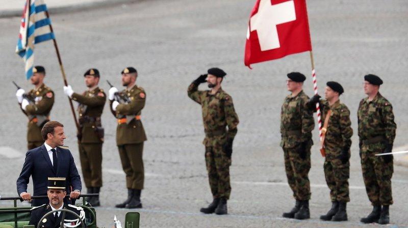France: l'armée suisse s'emmêle les pinceaux lors du défilé du 14 juillet
