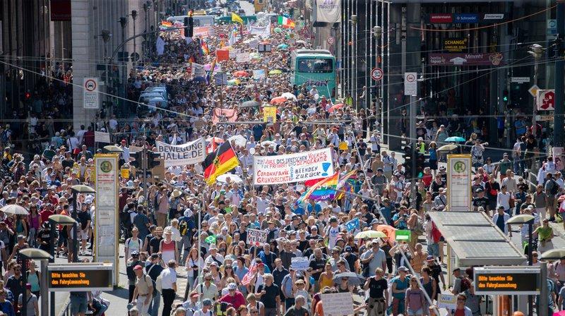 Berlin: des milliers de manifestants ont défilé contre les mesures «anti-coronavirus»