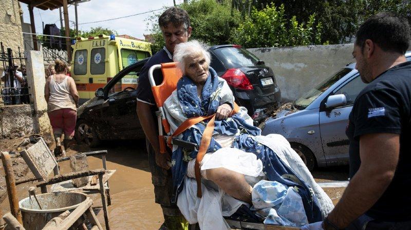 Des secouristes évacuent une dame âgée dans le village de Politika sur l'île d'Evia, après le passage d'une tempête qui a provoqué des inondations qui ont tué sept personnes.
