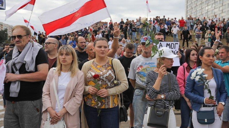 Depuis dimanche, des dizaines de milliers de manifestants contestent la réélection de M. Loukachenko, dénonçant des fraudes massives et la violente répression du pouvoir.