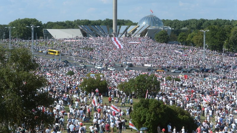 Biélorussie: immense manifestation à Minsk, Loukachenko refuse de s'incliner