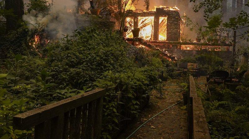 Le feu continue de progresser forçant les habitants à quitter leur foyer.