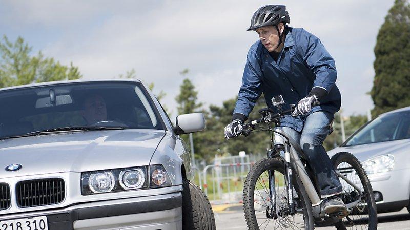 Vélos électriques: les conducteurs devraient porter un casque et rouler feux allumés