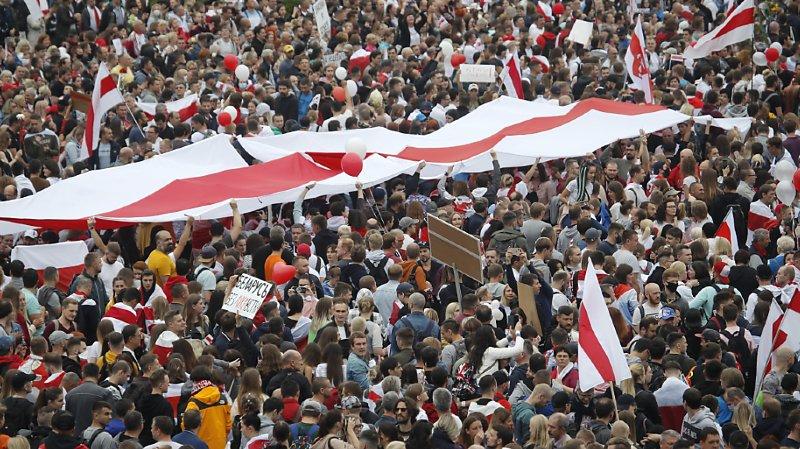 Bélarus: des dizaines de milliers de personnes manifestent à Minsk