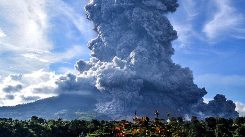 Le volcan a projeté dans l'atmosphère une épaisse colonne de cendres et de fumée s'élevant à 5000 mètres de haut.