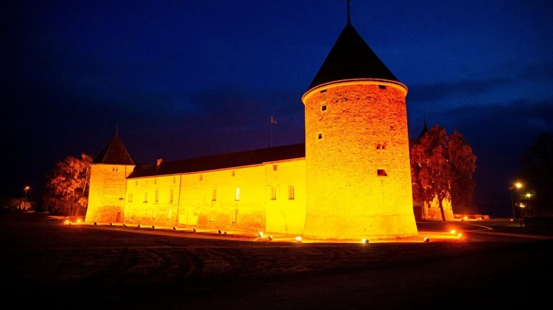 Le château de Rolle s'illuminera cette fois-ci non pas en orange mais en rouge et blanc.