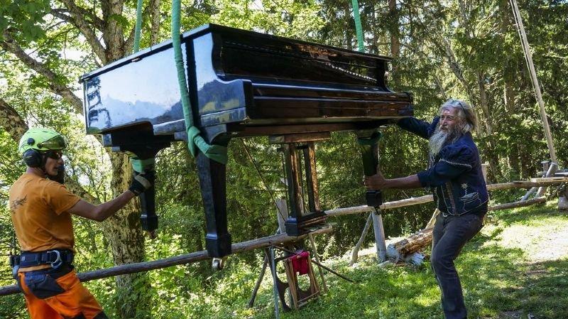 Un piano héliporté sur un alpage de l'Hongrin pour un berger atypique