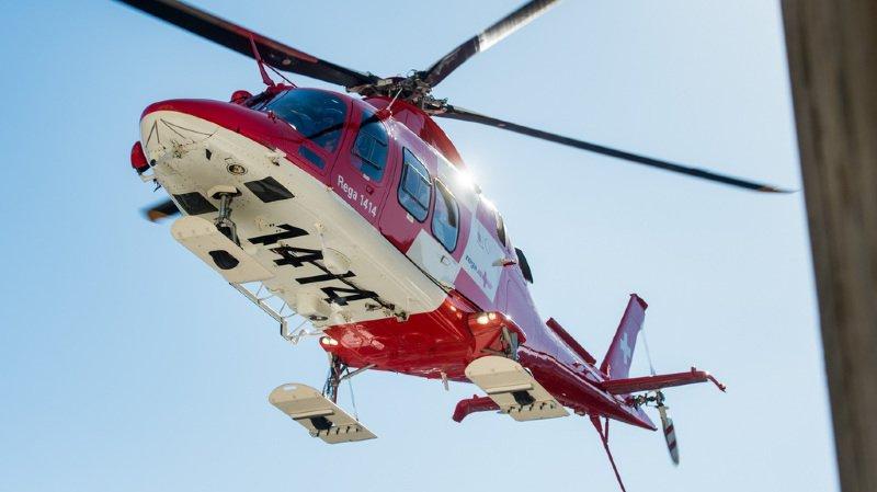 Un hélicoptère de la Rega est intervenu pour transporter l'accidenté à l'hôpital (illustration).