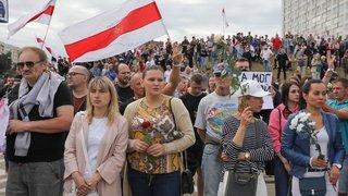 Bélarus: des milliers de manifestants devant le siège de la TV publique