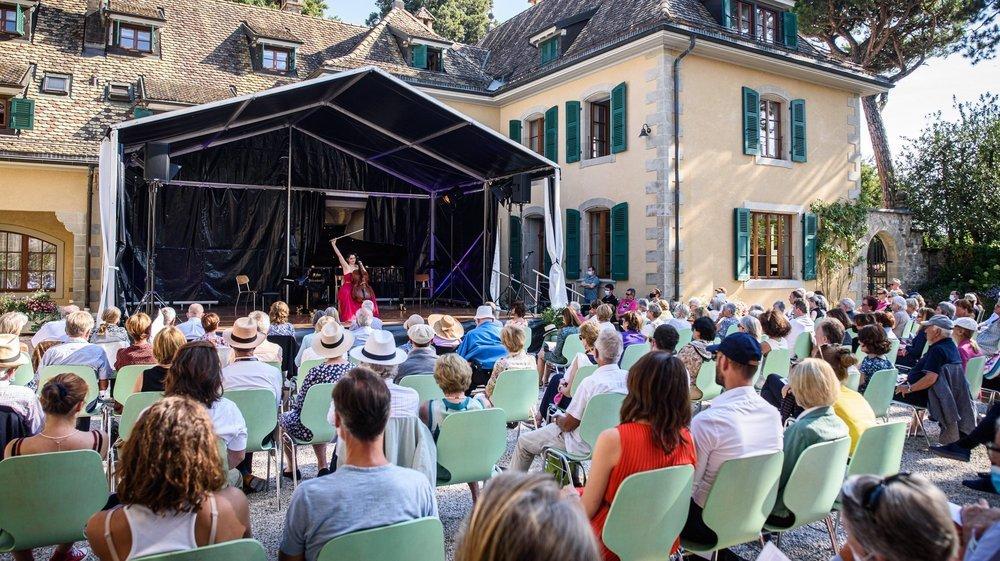 La violoncelliste Estelle Revaz devant des spectateurs heureux de partager ce moment musical.