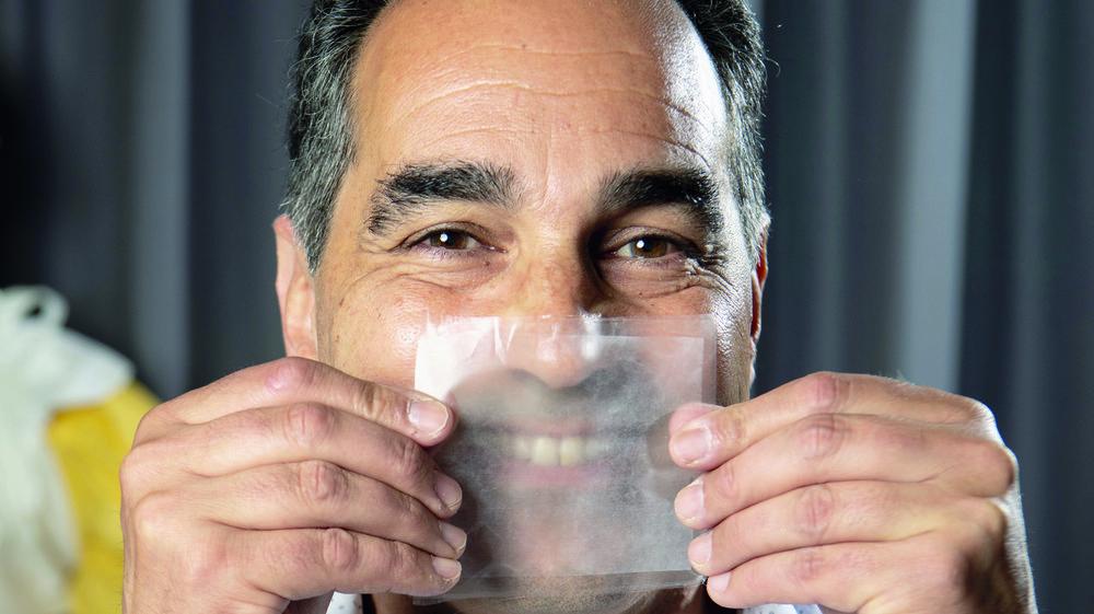 Thierry Pelet, chef du projet Hello Mask, avec la matière qui permet un masque chirurgical transparent.