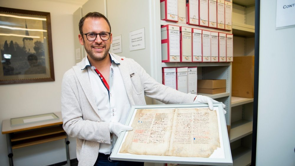 Vincent Guillot, archiviste, présente le fragment d'antiphonaire trouvé dans les archives communales de Trélex.