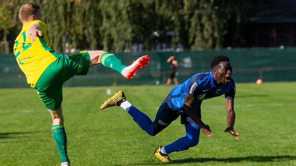 Rony Mendes (en bleu) et Forward-Morges ont chuté face à Momthey.
