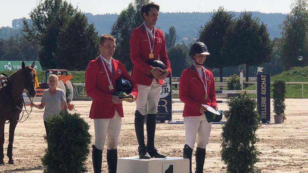 Un premier podium national élite pour la cavalière de Borex (à dr.)