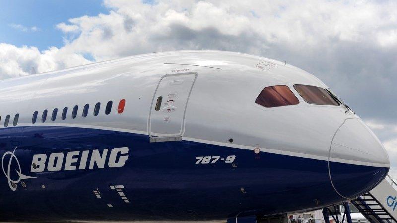 Le Boeing 787 Dreamliner (ici en 2014 en Angleterre) est le dernier de la famille à connaître des problèmes.
