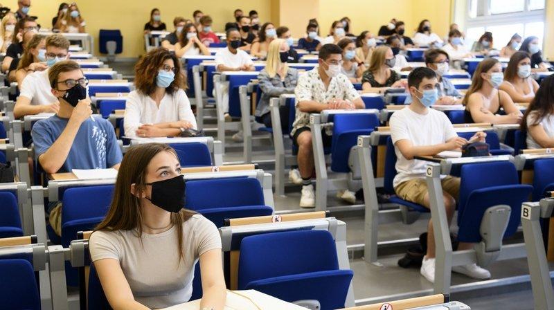 Les étudiants sont priés de porter des masques lors des cours, comme ici à Neuchâtel.
