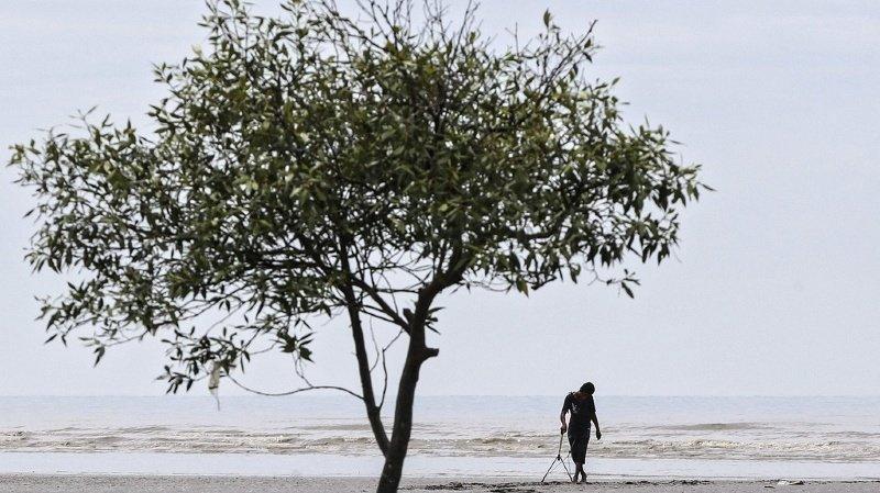 """""""J'ai commencé à faire ça pour garder la mer propre"""", explique l'homme. """"Je veux aussi empêcher les gens de se blesser avec du verre cassé, et éviter que le monde soit jonché de verre abandonné"""", rapporte-t-il à l'AFP."""