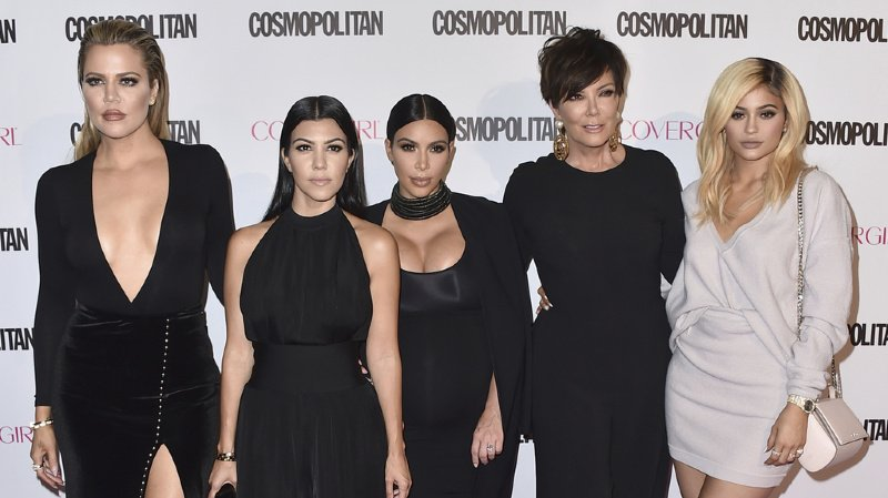 Les femmes Kardahian arrivent à un gala, en 2015. De gauche à droite, Khloe Kardashian, Kourtney Kardashian, Kim Kardashian, Kris Jenner et Kylie Jenner. Toutes ont acquis fortune et notoriété grâce au show de téléréalité suivant leur famille.