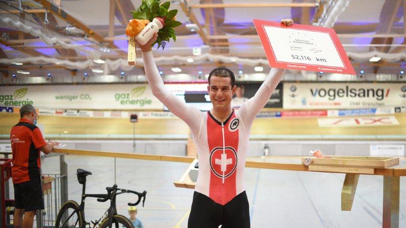 Claudio Imhof prend la pose après son record de Suisse de l'heure, durant laquelle il a parcouru 52,116km au Tissot Velodrome de Granges.