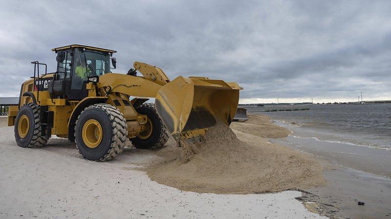 Les Etats du sud-est des Etats-Unis se préparent au passage de l'ouragan Sally, ici un bulldozer érige une barrière de sable sur une plage de St-Louis, dans le Mississippi.