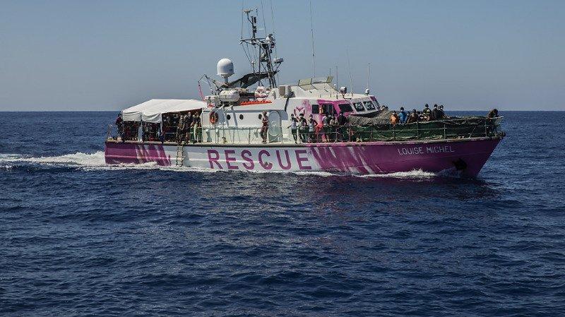 """Migration: les gardes-côtes évacuent 49 personnes """"fragiles"""" du bateau de Banksy"""