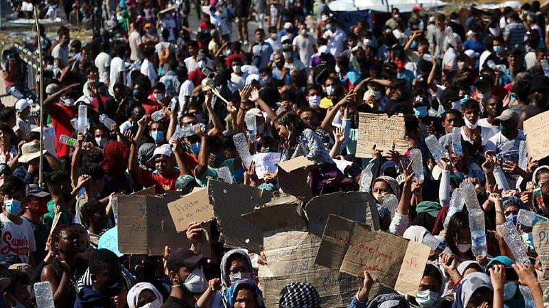 Grèce: près d'un millier de migrants sans abri manifestent àLesbos