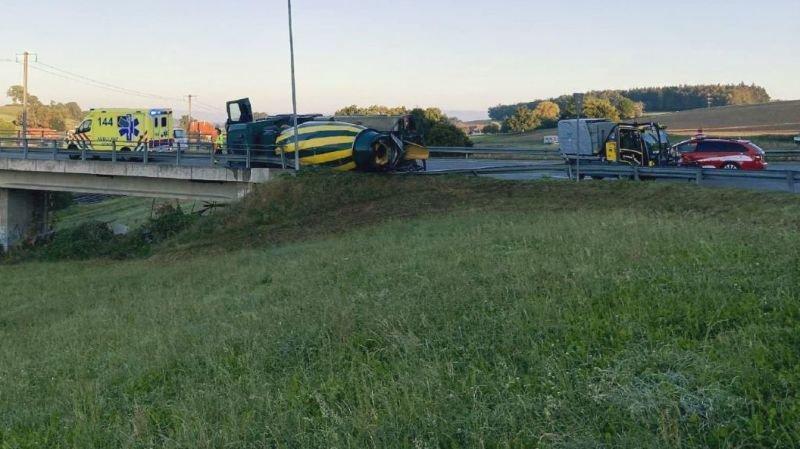 Fribourg: perte de maîtrise spectaculaire pour un camion à Schmitten