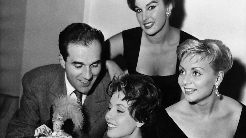 """Annie Cordy (à droite), lors du tournage du film """"Tabarin"""", en 1957 (ARCHIVES)."""