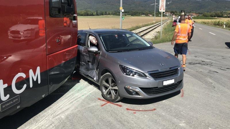 Une voiture s'encastre dans une rame du Nyon-Saint-Cergue