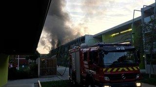 Gland: une voiture prend feu dans le parking d'Eikenott